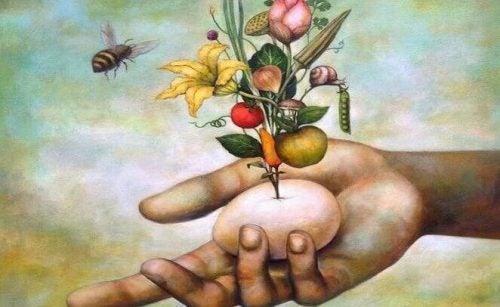 Jajko w dłoni, z którego rosną kwiaty