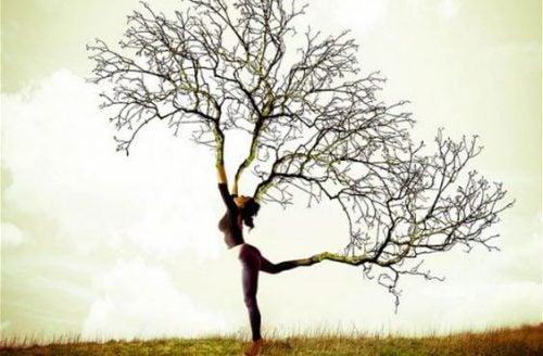 Kobieta z gałęziami zamiast kończyn