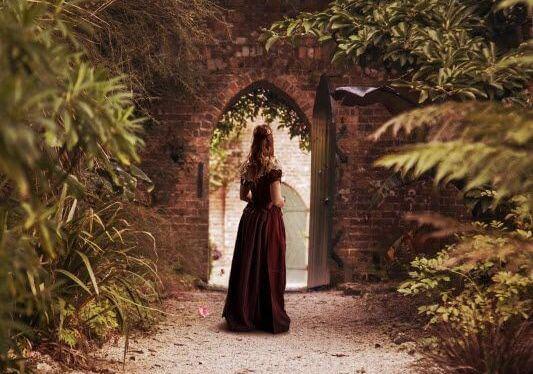Kobieta w bramie.