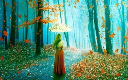 Kobieta z parasolem w lesie