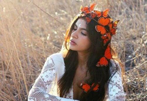Kobieta o koronie z motylów