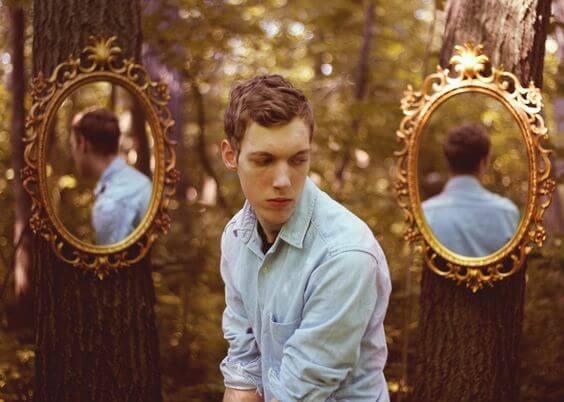 Chłopak, a za nim dwa lustra