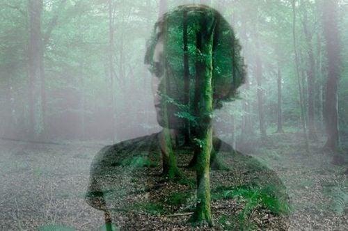 Mężczyzna na tle lasu