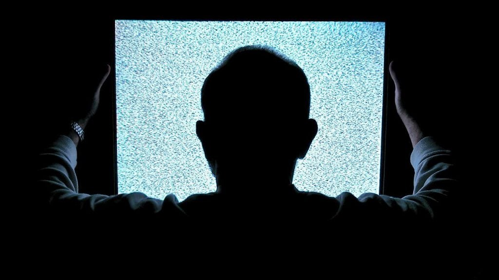 Umiejętność perswazji? Mężczyzna patrzy na pusty ekran.