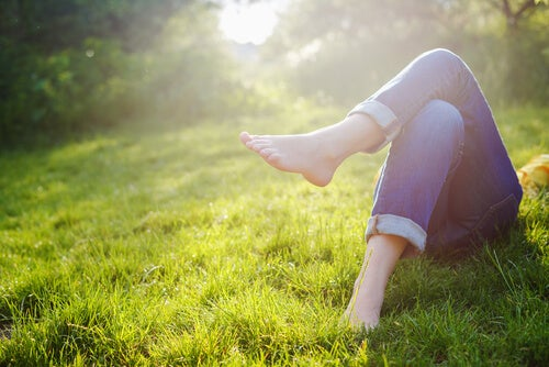 Osoba leżąca na trawie