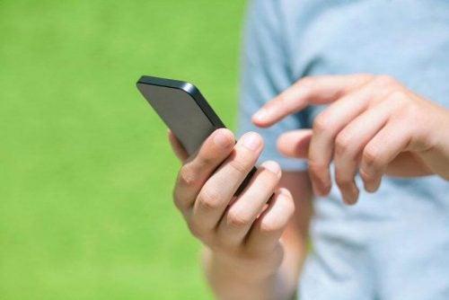 Osoba korzystająca z telefonu komórkowego