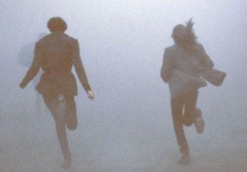 Para biegnie we mgle