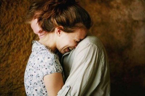 Para ludzi obejmuje się i śmieje