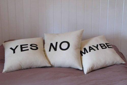 Poduszki z napisami tak, nie i może