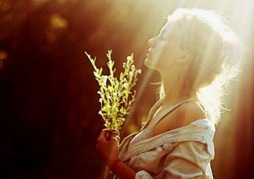 Promienie słoneczne padające na zamyśloną kobietę