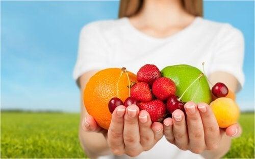 Ręce pełne kolorowych owoców bogatych w składniki odżywcze
