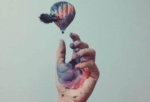 Ręka wypuszcza balon powietrzny