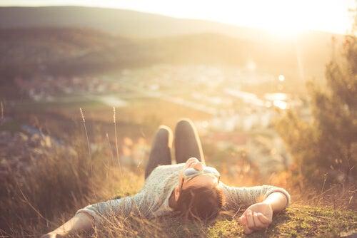 Kobieta relaksuje na wzgórzu - relaksacja