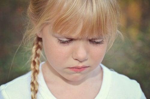 Smutna dziewczynka. Być może inne dzieci jej dokuczały.