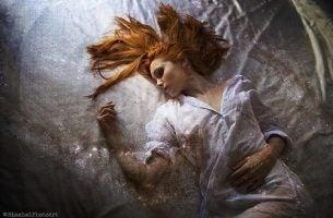 Paraliż senny- śpiąca kobieta