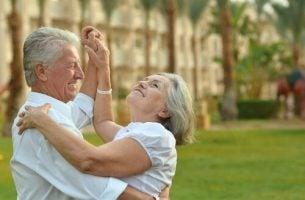 Starsze osoby tańczą