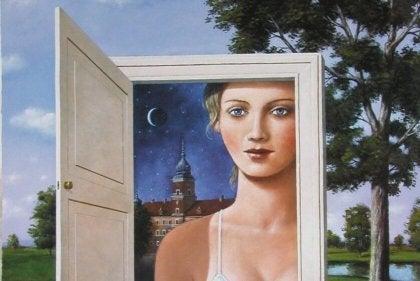 Kobieta i otwarte drzwi.