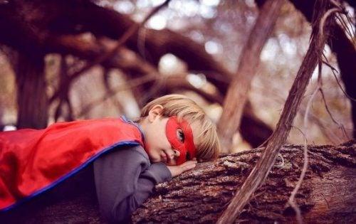 Chłopiec w masce i pelerynie superbohatera