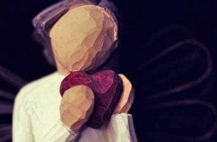 Nasze serce - w rękach drewnianej figurki.
