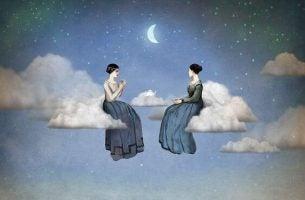 dwie kobiety siedzą na chmurach - przekonania