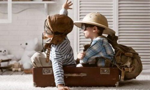 Dzieci bawią się w udawany samolot.