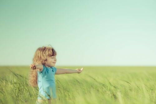 Dziewczynka na polu.