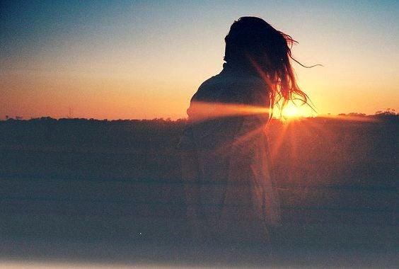 Kobieta o zachodzie słońca.