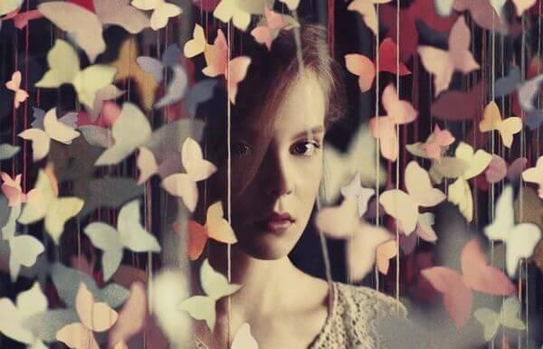 Papierowe motyle i kobieta