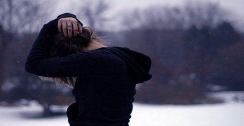 Dziewczyna przykrywa głowę rękami