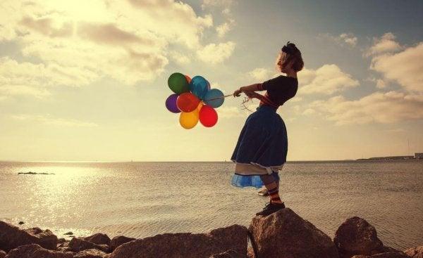Dziewczyna z kolorowymi balonikami.