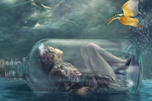 dziewczyna w szklanej butełce płynie przez morze