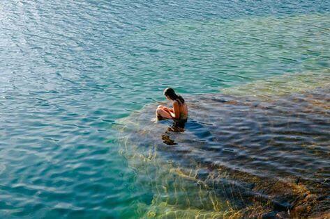 Na klifie w wodzie.