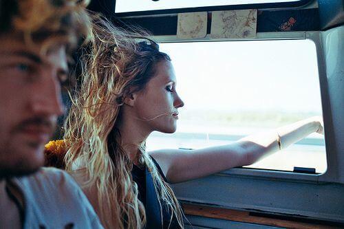 Dziewczyna z ręką za oknem