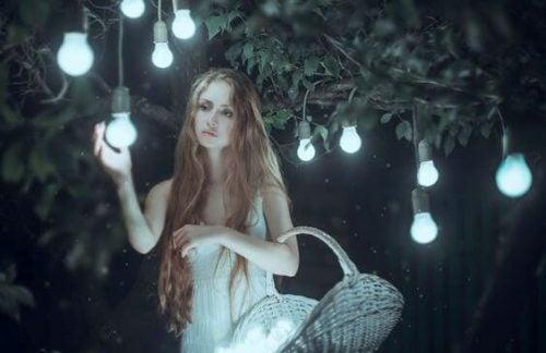 Dziewczyna zbiera żarówki