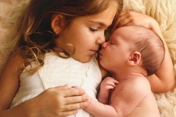 Dziewczynka i niemowlę.
