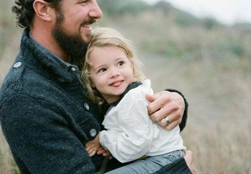 Mała dziewczynka obejmowana przez ojca