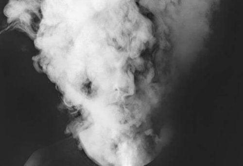 głowa objęta dymem