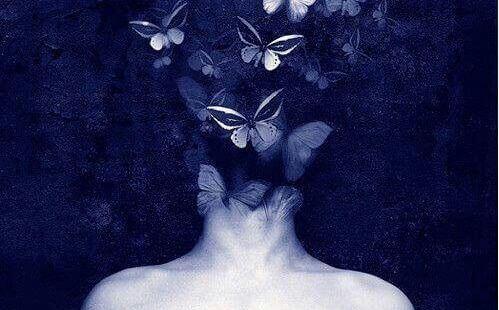 głowa pokryta motylami