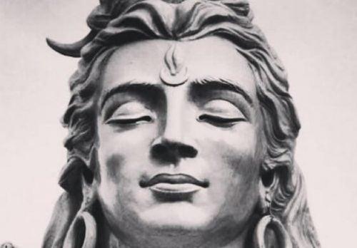 Hinduski posąg o spokojnym wyrazie twarzy