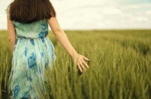 Kobieta idzie przez pole.