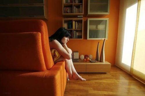 Kobieta obejmująca poduszkę