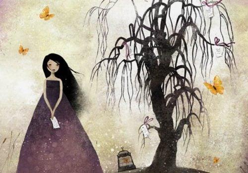 Kobieta obok drzewa