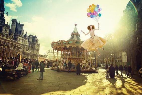 Kobieta ulatująca z balonami.