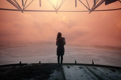 kobieta patrzy na morze