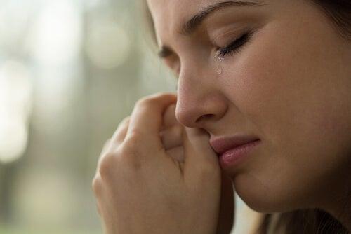 Czynniki wywołujące choroby - płacz. Płacząca dziewczyna.