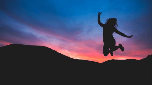 Pełna energii kobieta skacze