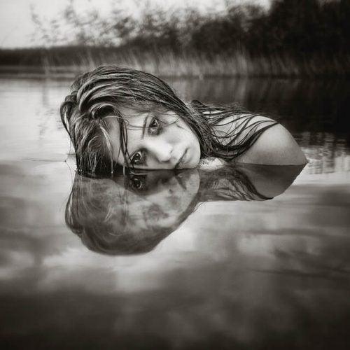 Kobieta wychodząca z wody