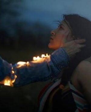 mężczyzna dotyka płonącą ręką twarzy dziewczyny - emocjonalni dyktatorzy