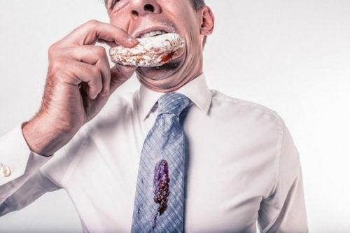 Pracownik narażony na stres związany z pracą je wielką kanapkę