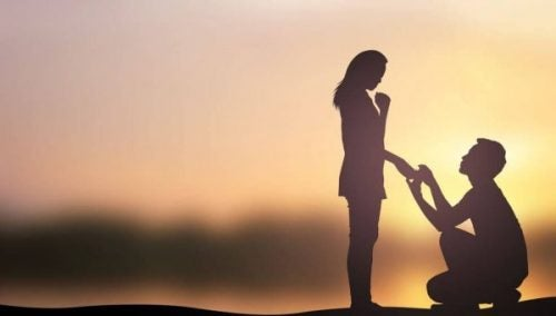 Mężczyzna prosi kobietę o rękę